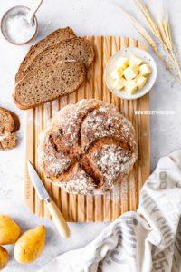 Kartoffelbrot backen mit gekochten Kartoffeln schnell Brot im Topf mit Röstzwiebeln #kartoffelbrot #brot #brotbacken #dinkelbrot #kartoffeln #brotrezepte #brotimtopf #schnellesbrot