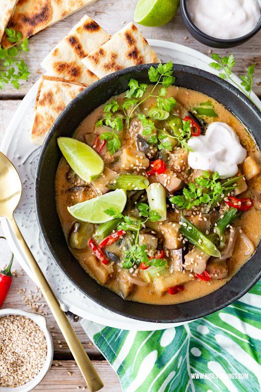 Veganes Curry Rezept Auberginen Curry mit Naan Brot #vegan #curry #veganescurry #veganerezepte #auberginencurry #auberginen #naan #naanbrot #indisch