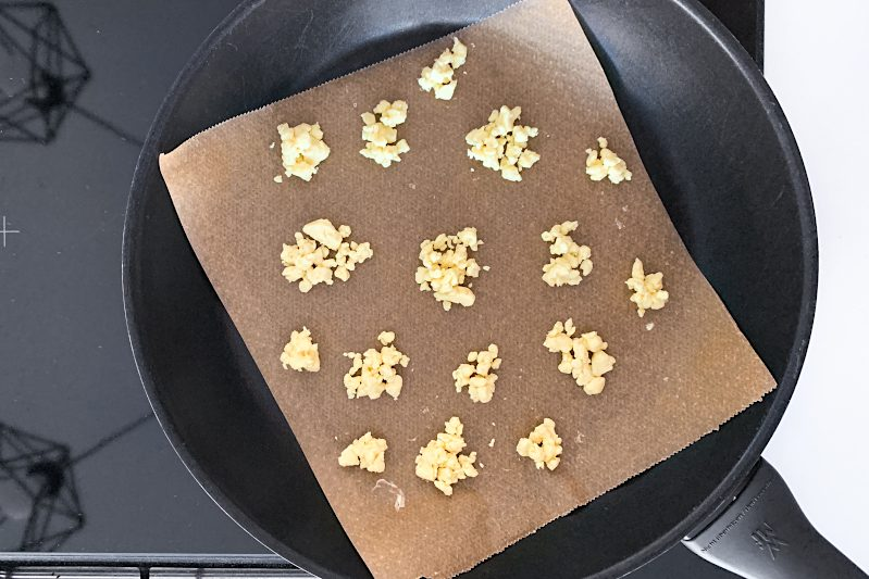 Weisse Schokolade in Pfanne schmelzen als Mozzarella fuer Pizzatorte