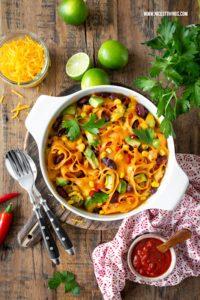 Mexikanische One Pot Pasta Enchilada Pasta mexikanische Nudeln mit Käse überbacken vegetarisch #mexikanisch #onepotpasta #enchiladapasta #pasatrezepte #nudelauflauf #texmex #mexikanischepasta #eschenbach #cookandserve #porzellankochtopf